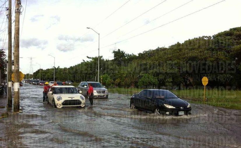 Muchos vehículos quedaron varados en varias zonas. (Pedro Olive/SIPSE)