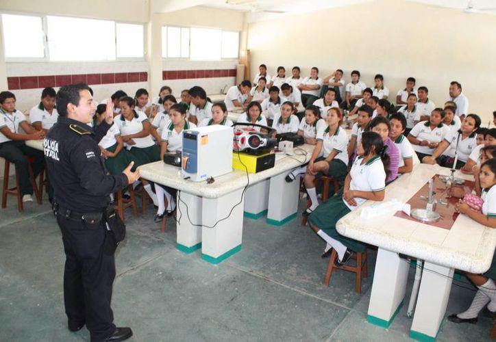 Instructores del Grupo Escudo, despejaron dudas y platicaron acerca de los valores humanos a chavos de la secundaria.