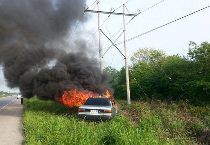 El vehículo se incendió casi en su totalidad ante el asombro de su dueño, quien por cierto se salvó de morir quemado. (Milenio Novedades)