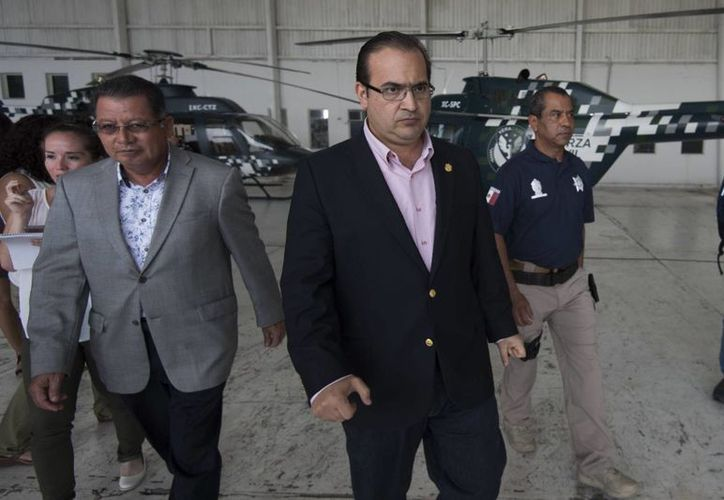 Flavino Ríos Alvarado (izq), fue elegido como gobernador interino de Veracruz después de que Javier Duarte pidiera licencia para dejar el cargo, ante las acusaciones que hay en su contra. (vanguardia.com.mx)