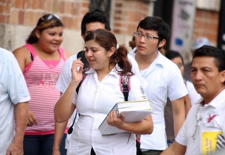 Egresados de diversas carreras deberán ingresar a un colegiado para poder trabajar, advierten los expertos. (Milenio Novedades)