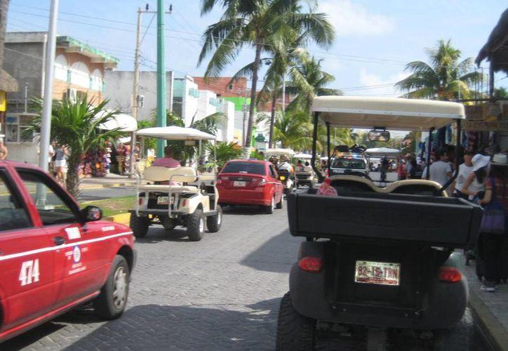 """Las prácticas desleales viene principalmente de la casa de renta """"Coco Cart Rental"""", cuyos empleados trasladan a los turistas a diferentes sitios. (Lanrry Parra/SIPSE)"""