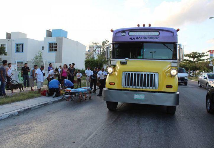 Un ciclista quedó debajo de un autobús de transporte de pasajeros tras ser atropellado por la pesada unidad, en Playa del Carmen. (Redacción/SIPSE)