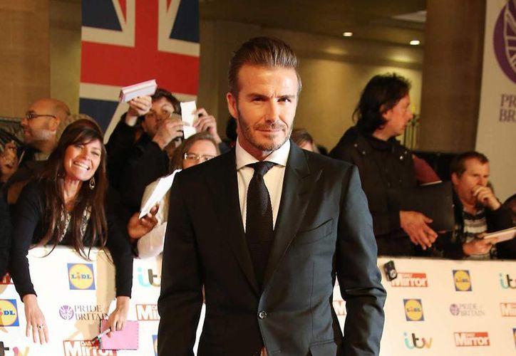 En esta foto del 28 de septiembre del 2015, David Beckham posa al llegar a la ceremonia de los premios Pride of Britain en Londres. Pese a sus casi dos décadas como un símbolo sexual internacional, el astro británico del fútbol dice sentirse halagado de que la revista People lo haya nombrado el Hombre Vivo Más Sexy. (Foto por Joel Ryan/Invision/AP, Archivo)