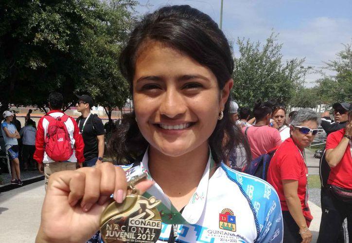 La joven presumiendo su medalla de la justa deportiva. (Redacción)