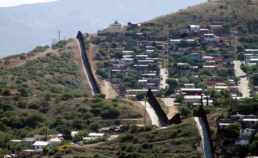 Vista de la frontera en Tucson, Arizona, estado que busca detener el flujo de inmigrantes y traficantes de drogas. (Archivo/EFE)