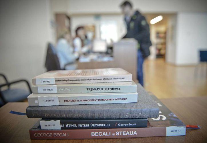 Imagen de archivo de un par de libros escritos por presos y publicados cuando cumplían penas de cárcel, en una mesa de la Biblioteca Nacional en Bucarest, Rumanía. (Agencias)