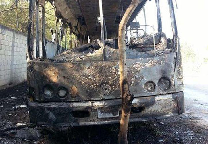 En estas condiciones dejaron las llamas el autobús. El vehículo se incendió en la Avenida de las Maquiladoras, en el Parque de Industrias no Contaminantes de Mérida. (Adán Escamilla/SIPSE)