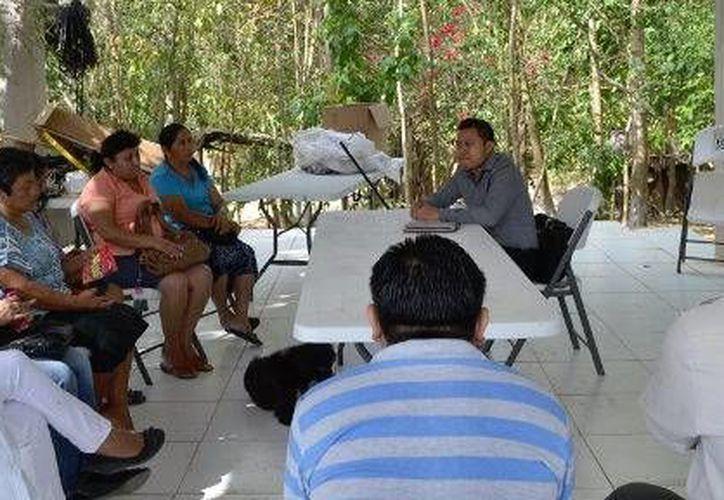 El secretario general del ayuntamiento, Justino Dzul Cen, se comprometió a trabajar en conjunto con los locatarios. (Redacción/SIPSE)