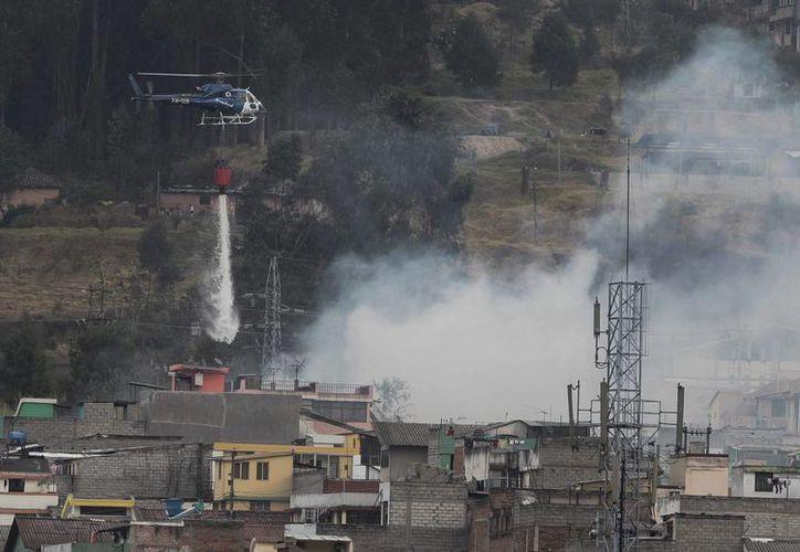 El cuerpo de Bomberos de Quito desplegó 220 agentes en los diferentes frentes de fuego para sofocar las llamas. (EFE)