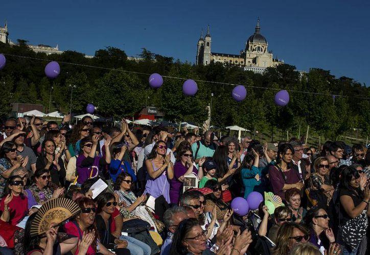 Multitudinaria reunión de españoles con dirigentes del partido Podemos, que podría cambiar este domingo, durante las elecciones, la geografía política del país. (Foto: AP)
