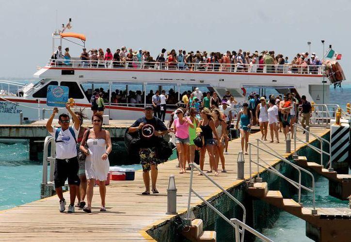 Arribo de turistas en embarcaciones que dan servicio en el puerto de Isla Mujeres. (SIPSE)