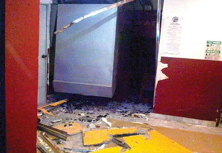 La cabina del funicular se cayó en la sala de espera. La operadora Nancy Araceli, de 30 años, resultó con una pierna rota y contusiones. (Excelsior)