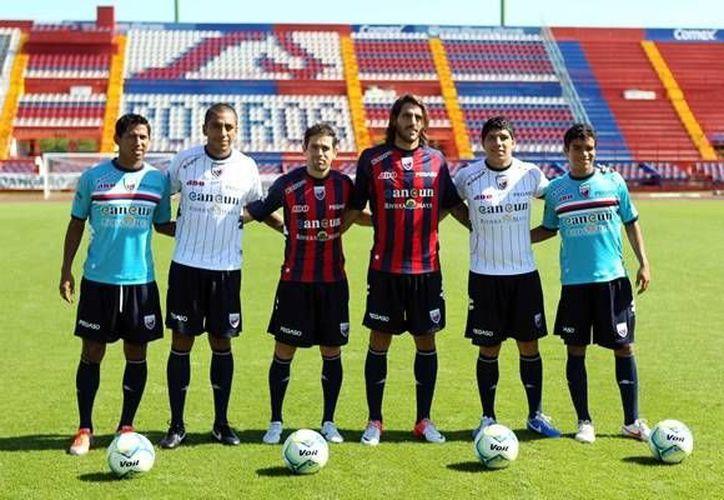 Los uniformes del 2013, lucían las líneas verticales, en está ocasión las líneas serán horizontales. (Foto/Internet)