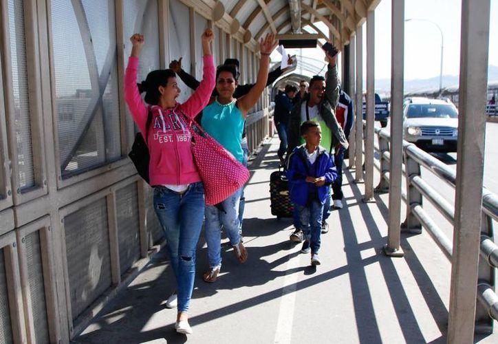 Ciudadanos cubanos caminan hacia territorio estadounidense en un punto fronterizo de Ciudad Juárez, Chihuahua. (EFE/Archivo)