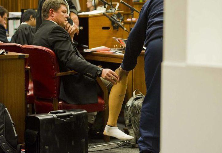 Una prótesis de pierna aparece en un pasillo de la corte de Pretoria donde se lleva el juicio contra Pistorius, atleta sin piernas que mató a su novia a balazos. (Foto: AP)