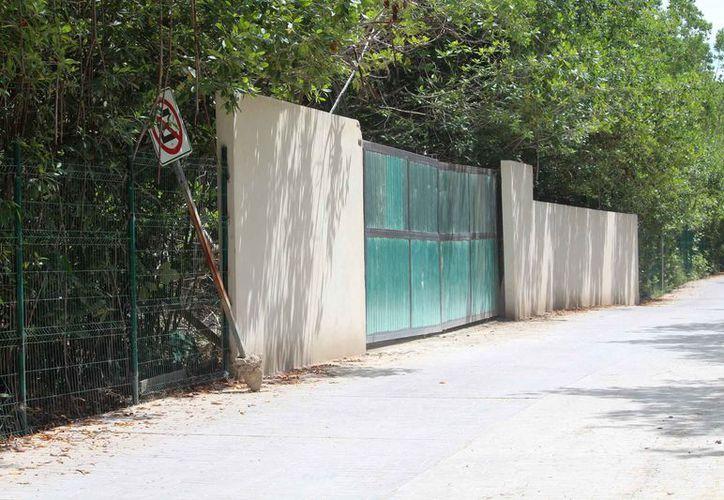 """Fue cercado y cerrado el predio """"El Limonar"""", donde hubo corte de mangle para crear un acceso para el hotel Azul Fives. (Foto: Octavio Martínez/SIPSE)"""
