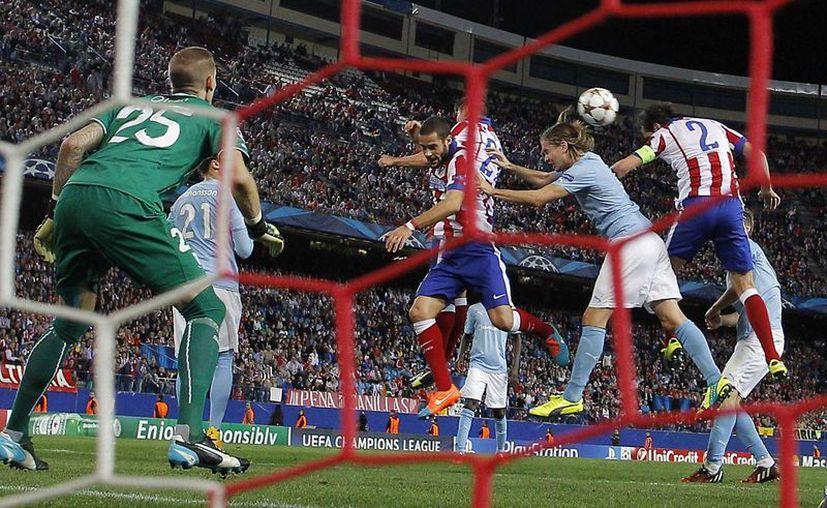 Diego Godín (d) hizo uno de los cinco goles del subcampeón europeo ante el Malmo sueco en partido de la fase de grupos de la UEFA Champions s League. (Foto: AP)