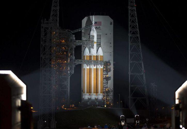 La cápsula Orion, instalada en un cohete Delta IV, antes de su lanzamiento desde la plataforma 37 del complejo espacial de la base de Cabo Cañaveral. (EFE)