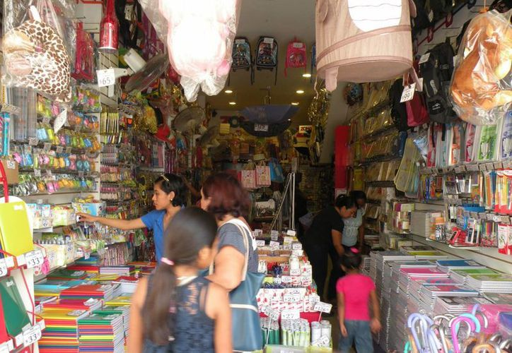 Las compras que se realizan en las semanas previas al regreso a clases es un respiro para muchos establecimientos comerciales, declaró el titular de la Canacome. (Miguel González/Milenio Novedades)