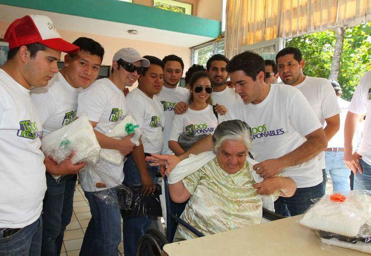 Jóvenes universitarios compartieron su tiempo y voluntad de servicio con los ancianos del albergue La Divina Providencia. (Cortesía)