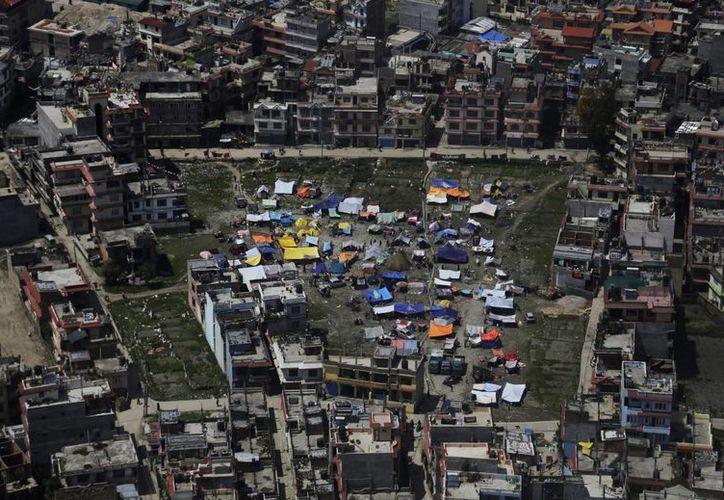 Se dio a conocer que el desalojo de los mexicanos se da en forma lenta, ya que sigue temblando. Vista aérea de las tiendas de campaña que los residentes en Katmandú, Nepal montaron para sobrevivir en medio de la tragedia.  (Foto AP / Altaf Qadri)