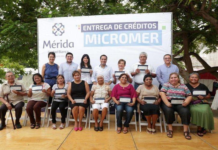 El alcalde Mauricio Vila Dosal entregó este lunes créditos Micromer por 1.7 millones de pesos a 39 emprendedores locales, para abrir tiendas de abarrotes, de regalos, estéticas, molinos, tortillerías, etc. (Foto cortesía del Ayuntamiento de Mérida)
