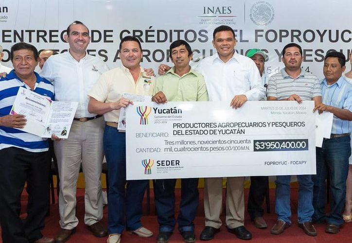 El Gobernador entregó cerca de cuatro millones de pesos en créditos del Foproyuc y del Focapy, para respaldar 23 planes en beneficio de 95 habitantes de 17 municipios. (Cortesía)