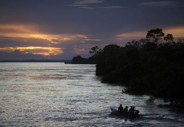 Una pequeña embarcación navega por el río Solimoes cerca de Manaos, Brasil. (Agencias)