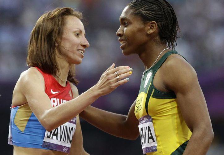 La corredora rusa Maria Savinova recibe la felicitación de Caster Semenya, tras ganar la medalla de oro en los 800 m. de Londres 2012. El TAS le quitó a la rusa la medalla de oro, por dopaje, y es casi seguro que pase a manos de Semenya. (AP/Archivo)