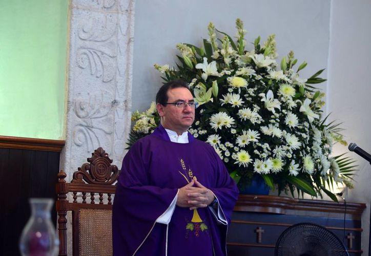 El padre Patricio Sarlat oficia la misa con motivo de su cumpleaños número 51. (Milenio Novedades)