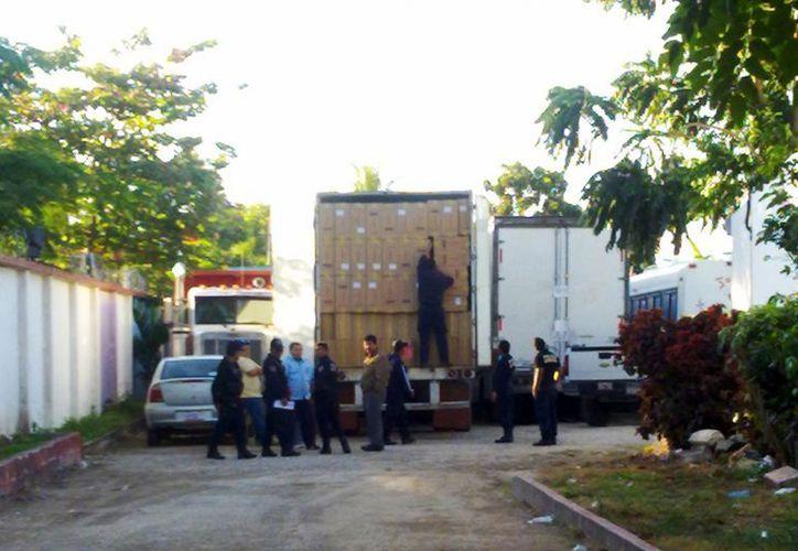 La unidad transportaba cigarros apócrifos, ropa y calzado con un valor de aproximadamente 20 millones de pesos. (Samuel Caamal/SIPSE)