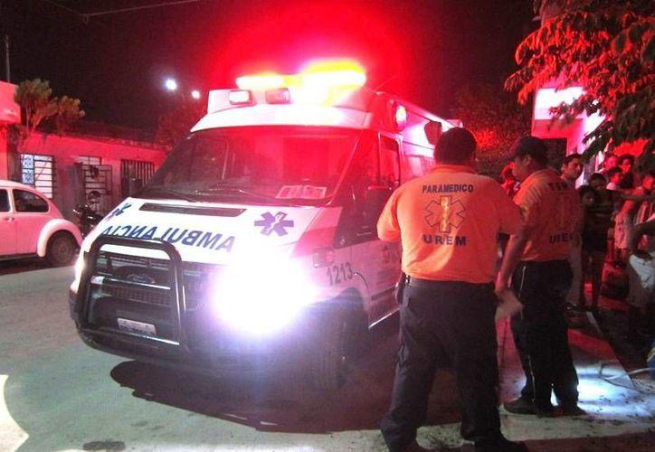 La mujer fue trasladada por los paramédico al hospital para su curación. (Redacción/SIPSE)
