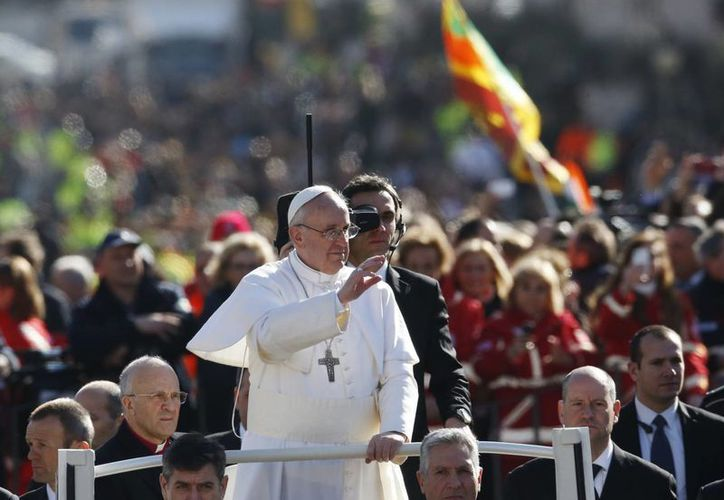 El Papa Francisco arribó a la Plaza de San Pedro en el papamóvil descubierto. (Agencias)