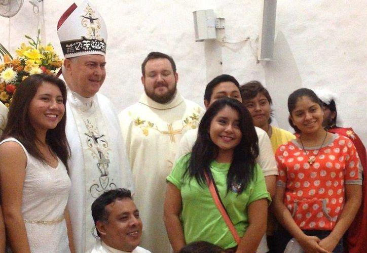 El sacerdote Marcin Pavel (c) agradeció a la comunidad yucateca y al Arzobispo Emérito, Emilio Berlie (i) por su apoyo en estos años en que el primero estuvo a cargo de la Rectoría del Templo Expiatorio de Nuestra Señora de la Consolación, 'Las Monjas'. (Foto cortesía)