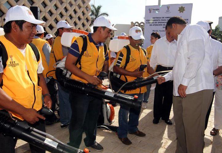 El Gobernador entregó 65 nuevas mochilas para fumigación. (Milenio Novedades)