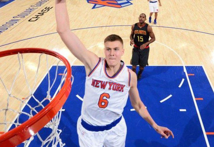 El 'alero' de los Knicks de Nueva York, Kristaps Porzingis estará fuera lo que resta de la temporada de la Asociación Nacional de Baloncesto (NBA). (Contexto/Internet)