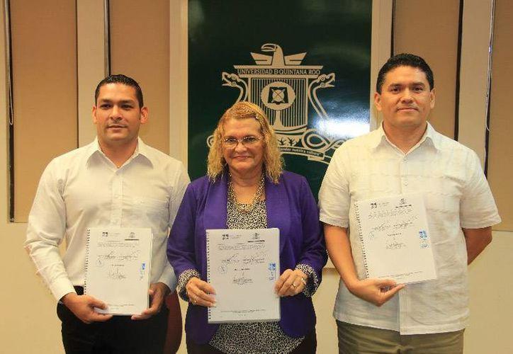 El subsecretario estatal de Planeación y Finanzas, Gustavo Guerrero Ortiz, acompañó a las autoridades académicas. (Cortesía/Uqroo)