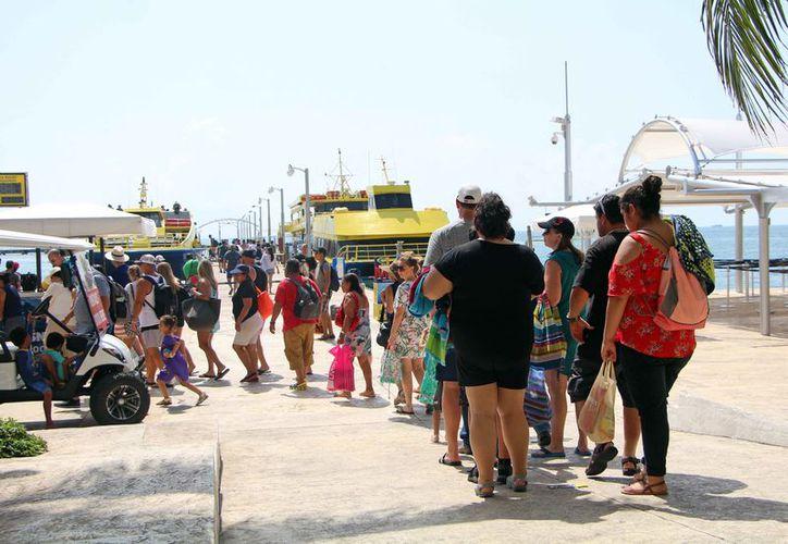 Los turistas cruzan a la isla por la mañana y regresan por la tarde a Cancún. (Paola Chiomante/SIPSE)
