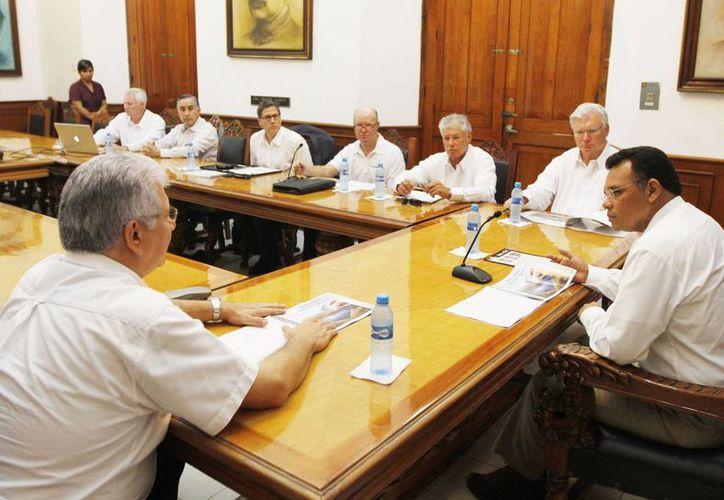 En reunión con el gobernador Rolando Zapata, empresarios de Energía Verde Internacional anunciaron la instalación de su primera planta de energía solar, en el municipio de Baca. (Cortesía)