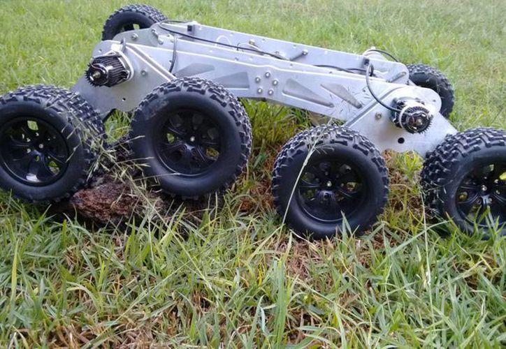 El joven estudiante poblano Francisco Román Hernández diseñó un robot rescatista inspirtado en el Curiosity. Su función es ingresar a zonas de desastre para ayudar. (Conacyt)