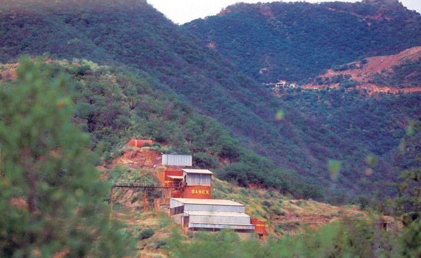 La camioneta con los siete cuerpos fue hallada en las inmediaciones del cerro 'Las agujas'. (sonoraturismo.gob.mx)