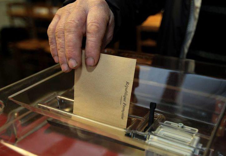 Unos 43 millones de franceses fueron llamados a la primera vuelta de las elecciones regionales donde se definirán representantes de los consejos de los departamentos administrativos y de los cantones. (AP)