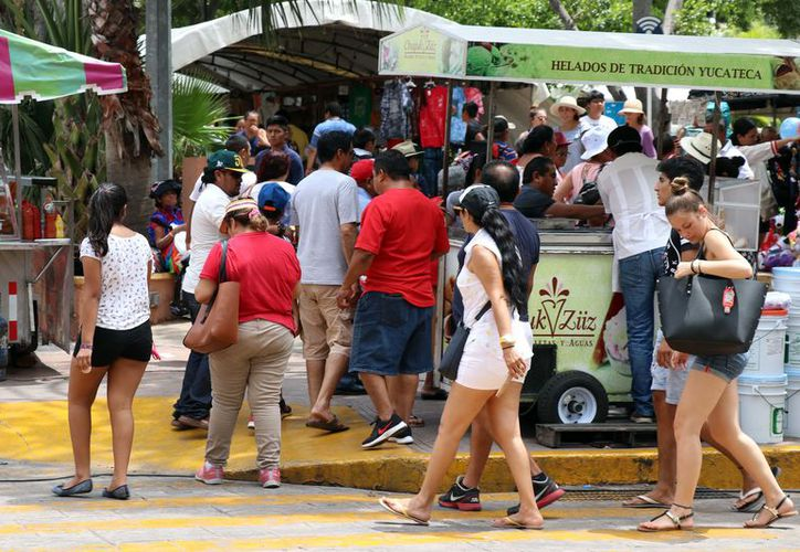 Visitantes nacionales y extranjeros disfrutan Mérida en Domingo. (Foto: Daniel Sandoval/Milenio Novedades)