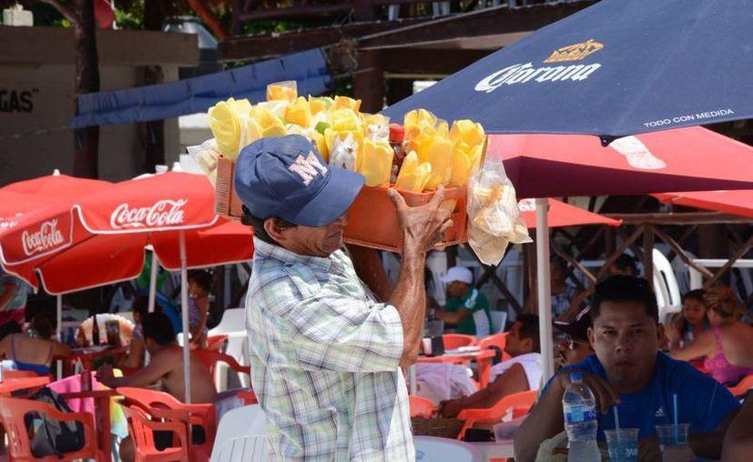 En las playas Tortugas, Gaviota Azul, Langosta y en los accesos de Puerto Morelos se han detectado a más vendedores. (Victoria González/SIPSE)