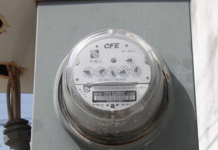 """Las autoridades de la CFE piden a la población denunciar cualquier anomalía que perciban en sus medidores de consumo eléctrico, en sus recibos de luz o la existencia de """"diablitos"""" en los cables. (Carlos Calzado/SIPSE)"""