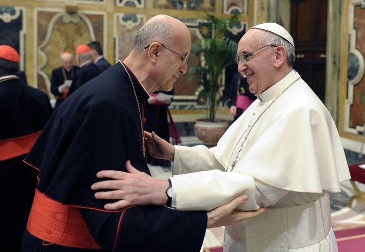 El Papa Francis saluda al cardenal Tarcisio Bertone. (Agencias)