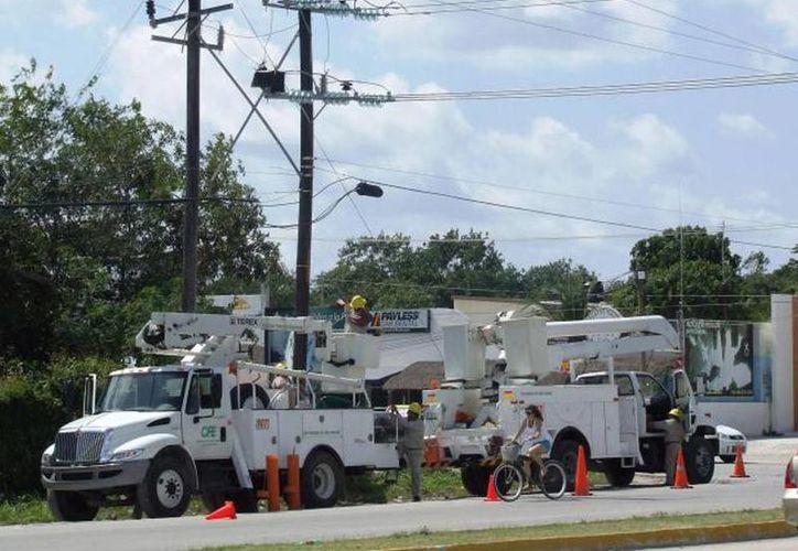 Francisco Rojas encabezó una ceremonia de reconocimiento a los trabajadores electricistas que atendieron las emergencias derivadas de los fenómenos meteorológicos Ingrid y Manuel en varios estados. (Archivo SIPSE)