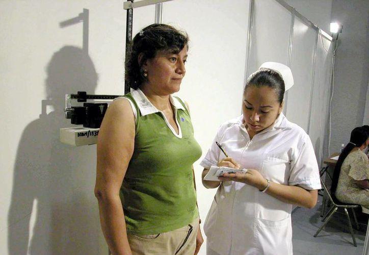 Las mujeres que, por ejemplo, no han tenido hijos, deben realizarse un chequeo de senos para descartar la aparición de cáncer. La imagen se utiliza con fines estrictamente referenciales. (Notimex)