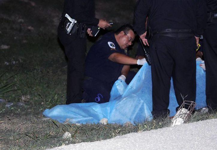 Un trágico accidente ocurrió cuando un joven intentó cruzar intempestivamente el carril interno del Anillo Periférico y fue atropellado y muerto por un vehículo March (Martín González/Milenio Novedades)